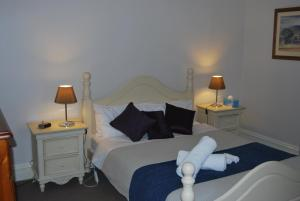 A bed or beds in a room at Jacaranda Cottage