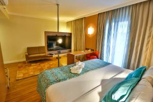 A television and/or entertainment center at Quality Hotel & Suites Brasília
