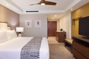 A bed or beds in a room at Ka'anapali Beach Hotel