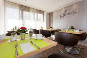 A restaurant or other place to eat at Hotel Scala Frankfurt City Centre