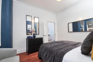 A bed or beds in a room at The Exquisite Leamington Spa House - Sleeps 9