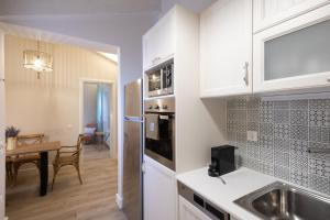 A kitchen or kitchenette at Melina's Urban Retreat by Konnect