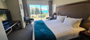 A bed or beds in a room at Peppers Bluewater Resort