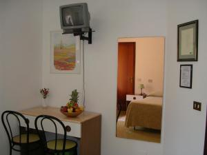 A television and/or entertainment center at Albergo Tenda Verde
