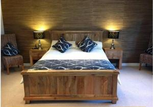 A bed or beds in a room at Beaconsfield Farm