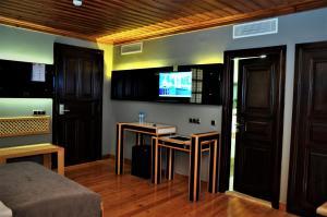 Телевизор и/или развлекательный центр в Kosa Boutique Hotel