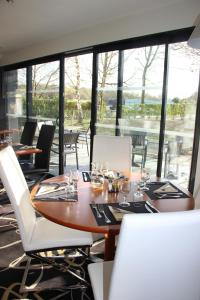 A restaurant or other place to eat at Kyriad Saint Quentin en Yvelines - Montigny