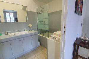 A bathroom at Grand T2, proche commodités, quartier Timone 13005