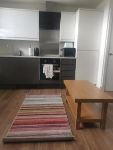 A kitchen or kitchenette at Spacious studio in Maidstone - A