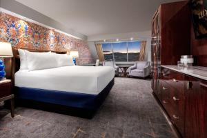 A bed or beds in a room at Luxor