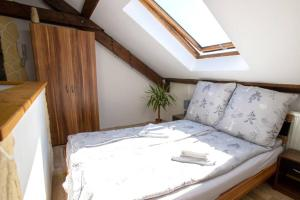 A bed or beds in a room at Cozy Studio in city center, well connected - 47 m2