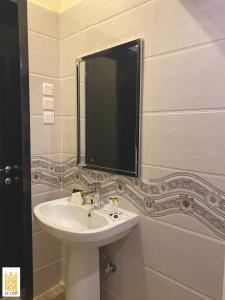 Um banheiro em القصر للاجنحه الفندقيه 4