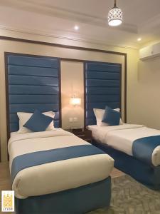 Cama ou camas em um quarto em القصر للاجنحه الفندقيه 4