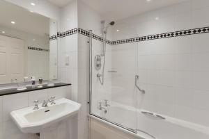 A bathroom at Mercure Manchester Norton Grange Hotel & Spa