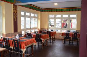 A restaurant or other place to eat at Le Coxy Resort Lachung