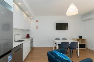 A kitchen or kitchenette at AL - Apartamentos Vista Mar