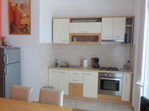 A kitchen or kitchenette at Apartment in Soline/Dubrovnik 6289