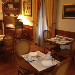 A restaurant or other place to eat at Hostal Navarra