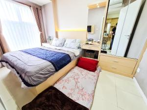 A bed or beds in a room at Aya Stays 3 at Parahyangan Residence
