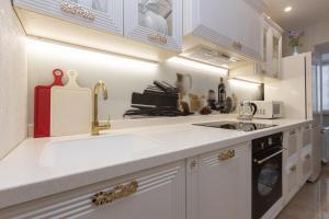 Кухня или мини-кухня в Apartments on Meridiannaya Ulitsa 3 у набережной Казанки