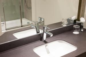A bathroom at Holiday Inn Ipswich Orwell, an IHG Hotel