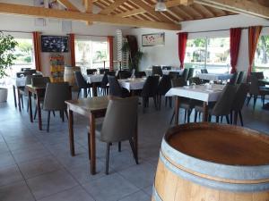 Restaurant ou autre lieu de restauration dans l'établissement Mobil Home XXL 4 chambres / Domaine d'Oléron