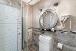 A bathroom at L'olivier , Studio 5 au vieux port de Marseille