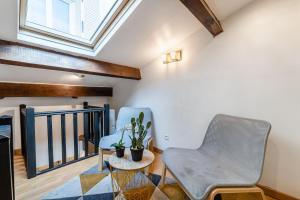 A seating area at L'olivier , Studio 5 au vieux port de Marseille