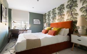 A bed or beds in a room at The Stoke Newington Common - Modern & Bright 3BDR Apartment