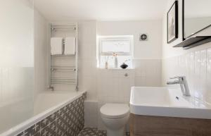 A bathroom at The Stoke Newington Common - Modern & Bright 3BDR Apartment