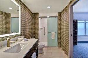 A bathroom at Home2 Suites By Hilton Orlando Flamingo Crossings, FL
