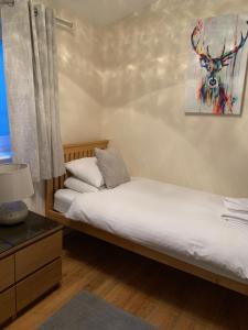 A bed or beds in a room at Parkview Guesthouse