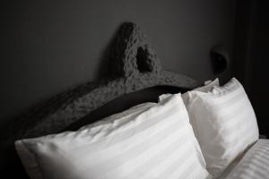 Säng eller sängar i ett rum på Harrys Restaurant Bar Hotel