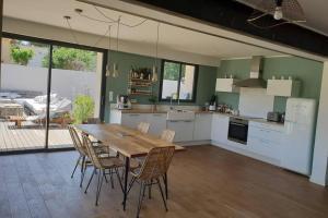 A kitchen or kitchenette at GROOMI Villa d'architecte de standing avec piscine !