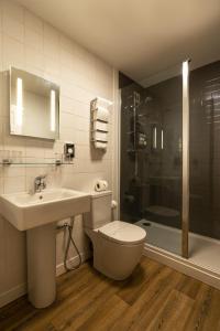 A bathroom at Cluanie Inn