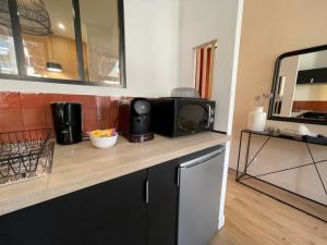 A kitchen or kitchenette at Bain de soleil - Terrasse - Clim-Wifi-Netflix - Gare SNCF-Centre-Ville