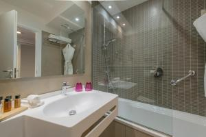 A bathroom at Crowne Plaza Rome St. Peter's, an IHG Hotel