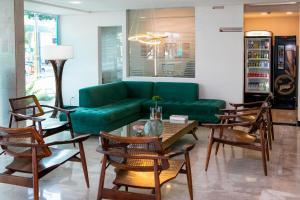 Uma área de estar em Castelo Inn Hotel