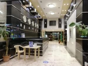 O saguão ou recepção de Fakhamat Al Orjoana & Suites