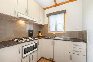 A kitchen or kitchenette at Golden Country Motel and Caravan Park
