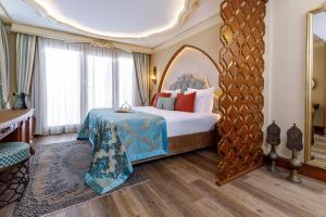 سرير أو أسرّة في غرفة في فندق رومانس إسطنبول من الفئة البوتيكية