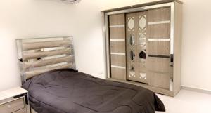سرير أو أسرّة في غرفة في شاليه العز