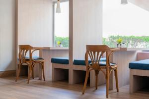 Um restaurante ou outro lugar para comer em Dara Quraish