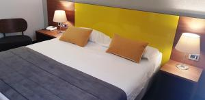 A bed or beds in a room at Hotel Sandalia