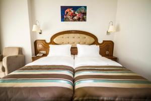 Een bed of bedden in een kamer bij Sea Star Marmaris - Adult Only