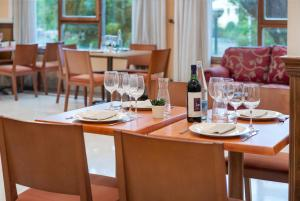A restaurant or other place to eat at Hotel Urban Sondika By Eurotels
