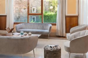 A seating area at Hotel Urban Sondika By Eurotels