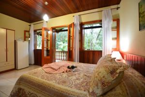 A bed or beds in a room at Chalés Caminho das Pedras