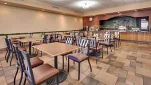 A restaurant or other place to eat at Best Western Plus Arroyo Roble Hotel & Creekside Villas