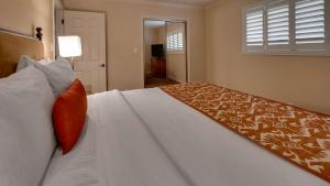 A bed or beds in a room at Best Western Plus Arroyo Roble Hotel & Creekside Villas